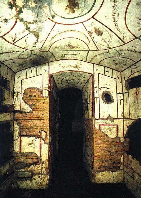 Imagen que contiene interior, edificio, viejo, piedra Descripción generada automáticamente